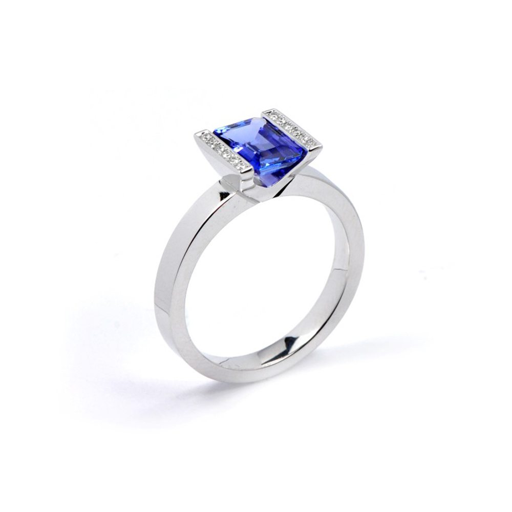 Tanzanite lika ring with diamonds 2