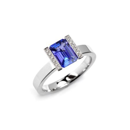 Tanzanite lika ring with diamonds